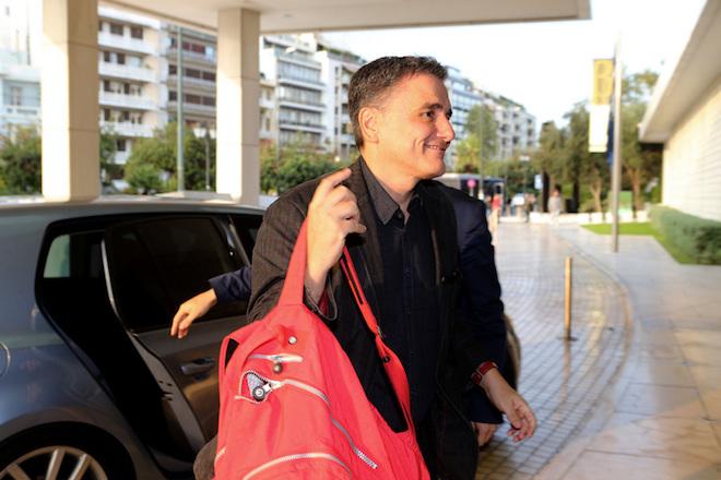 Ο υπουργός Οικονομικών Ευκλείδης Τσακαλώτος φθάνει σε κεντρικό ξενοδοχείο της Αθήνας για την συνάντησή του με τους επικεφαλής των θεσμών στην Αθήνα , Κυριακή 23 Οκτωβρίου 2016. ΑΠΕ-ΜΠΕ/ΑΠΕ-ΜΠΕ/Παντελής Σαίτας