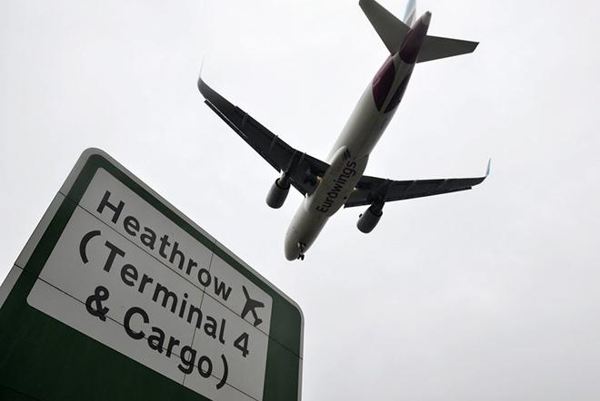 Αεροπορικές και τουριστικές εταιρείες εντείνουν την πίεση στη βρετανική κυβέρνηση να χαλαρώσει τους περιορισμούς