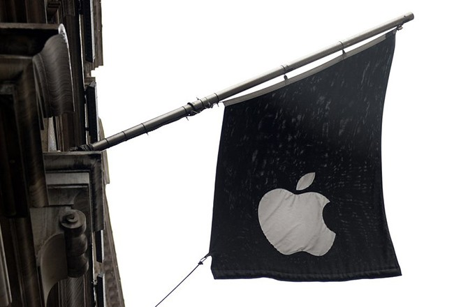 epa04590703 Apple's flag hangs outside its flagship store on Regent Street in central London, England, 28 January 2015. Apple has announced record profits 28 January 2015 following soaring iPhone sales.  EPA/ANDY RAIN