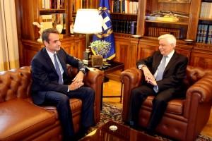 Ο Πρόεδρος της Δημοκρατίας Προκόπης Παυλόπουλος (Δ) συνομιλεί με τον πρόεδρο της Νέας Δημοκρατίας Κυριάκο Μητσοτάκη (Α) κατά την διάρκεια της συνάντησης τους στο Προεδρικό Μέγαρο,  Δευτέρα 31 Οκτωβρίου 2016. ΑΠΕ-ΜΠΕ/ ΑΠΕ-ΜΠΕ/ ΑΛΕΞΑΝΔΡΟΣ ΜΠΕΛΤΕΣ