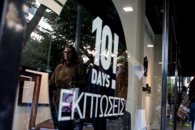 Κόσμος περπατά μπροστά από  βιτρίνες κατά την έναρξη των ενδιάμεσων εκπτώσεων, στο κέντρο της Θεσσαλονίκης, το  Σάββατο 1 Νοεμβρίου 2014.  Από σήμερα, Σάββατο, έως και τη Δευτέρα 10 Νοεμβρίου θα ισχύσουν οι ενδιάμεσες φθινοπωρινές εκπτώσεις.  ΑΠΕ ΜΠΕ/PIXEL/Σωτήρης Μπαρμπαρούσης