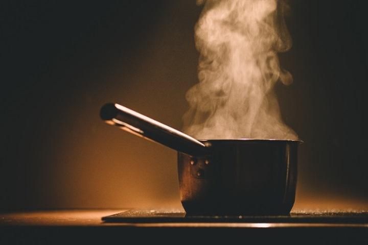 Επιστροφή στο μαγείρεμα στο σπίτι για τους Έλληνες