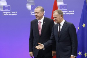 epa04964530 European Council President Donald Tusk (R) welcomes Turkish President Recep Tayyip Erdogan (L) at the EU Council in Brussels, Belgium, 05 October 2015. The European Union is expected to ask Turkey for help in stemming the flow of refugees reaching the bloc, during a visit to Brussels by President Recep Tayyip Erdogan at which issues such as Ankara's record on human rights are also expected to surface.  EPA/OLIVIER HOSLET