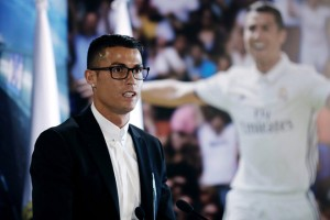 epa05621252 Real Madrid's Cristiano Ronaldo speaks during a press conference held to announce the extension of his contract with Real Madrid until 30 June 2021, in Madrid, Spain, 07 November 2016.  EPA/SERGIO BARRENECHEA