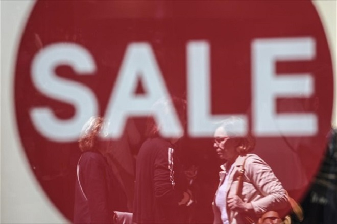 Τι πρέπει να προσέξουν καταναλωτές και έμποροι κατά την περίοδο των εκπτώσεων που ξεκινούν τη Δευτέρα