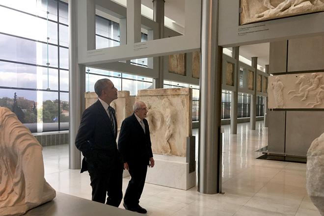 Η ξενάγηση Ομπάμα στο Μουσείο της Ακρόπολης και το απρόσμενο δώρο
