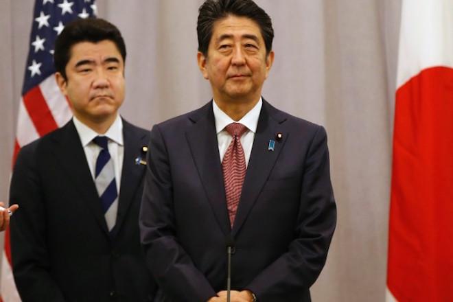 Ξαφνικά «στολίζει» τον Τραμπ ο πρωθυπουργός της Ιαπωνίας: Είναι ένας «αξιόπιστος ηγέτης»