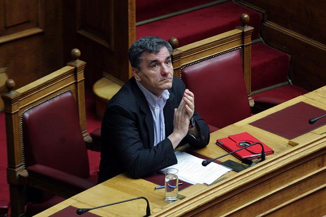 O ΥΠΟΙΚ Ευκλείδης Τσακαλώτος στη Συζήτηση της Οδηγίας 2009/138/ΕΚ και τις τηλεοπτικές άδειες, στη Βουλή,την Παρασκευή 29 Ιανουαρίου 2016.  Κατατέθηκε στη Βουλή η τροπολογία του υπουργού Επικρατείας Νίκου Παππά στην οποία σημειώνεται ότι ο αριθμός των τηλεοπτικών αδειών θα οριστεί με διάταξη νόμου η οποία θα ψηφιστεί από την Ολομέλεια του κοινοβουλίου. Στην αιτιολογική έκθεση, επισημαίνεται ότι η συγκεκριμένη ρύθμιση επιβάλλεται προκειμένου να ξεκινήσει άμεσα ο διαγωνισμός «για την αδειοδότηση των παρόχων περιεχομένου επίγειας ψηφιακής τηλεοπτικής ευρυεκπομπής ελεύθερης λήψης, και να δημοπρατηθούν το συντομότερο δυνατό, οι σχετικές άδειες».Επίσης επισημαίνεται ότι λήφθηκε υπόψη η αδυναμία συγκρότησης του Εθνικού Συμβουλίου Ραδιοτηλεόρασης και το γεγονός ότι η προθεσμία των προς χορήγηση δημοπρατούμενων αδειών έληξε στις 31.12.2015.ΑΠΕ-ΜΠΕ/ΑΠΕ - ΜΠΕ/Αλεξανδρος Μπελτές