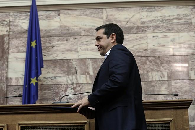 Ο πρωθυπουργός και πρόεδρος του ΣΥΡΙΖΑ Αλέξης Τσίπρας ανεβαίνει στο βήμα στη συνεδρίαση της Κοινοβουλευτικής Ομάδας του ΣΥΡΙΖΑ, στην αίθουσα Γερουσίας της Βουλής, Αθήνα, την Τετάρτη 23 Νοεμβρίου 2016. ΑΠΕ-ΜΠΕ/ΑΠΕ-ΜΠΕ/ΣΥΜΕΛΑ ΠΑΝΤΖΑΡΤΖΗ