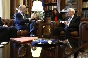 Ο επίτροπος Οικονομικών Υποθέσεων της ΕΕ, Πιερ Μοσκοβισί (Α) μιλάει δίπλα στον Πρόεδρο της Δημοκρατίας Προκόπης Παυλόπουλος (Δ) στο Προεδρικό Μέγαρο, Αθήνα 28 Νοεμβρίου 2016. Διήμερη επίσκεψη στη χώρα μας πραγματοποιεί από σήμερα ο επίτροπος Οικονομικών Υποθέσεων της ΕΕ, Πιερ Μοσκοβισί.  ΑΠΕ-ΜΠΕ/ΑΠΕ-ΜΠΕ/ΓΙΑΝΝΗΣ ΚΟΛΕΣΙΔΗΣ