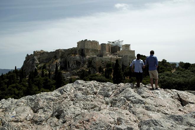 Τουρίστες φωτογραφίζονται με φόντο την Ακρόπολη, Αθήνα, Τρίτη 7 Μαΐου 2013. Σημαντικά αυξημένη αναμένεται η τουριστική κίνηση για το καλοκαίρι του 2013, με τον τουρισμό να δείχνει τα πρώτα σημάδια ανάκαμψης. ΑΠΕ-ΜΠΕ/ΑΠΕ-ΜΠΕ/ΑΛΚΗΣ ΚΩΝΣΤΑΝΤΙΝΙΔΗΣ