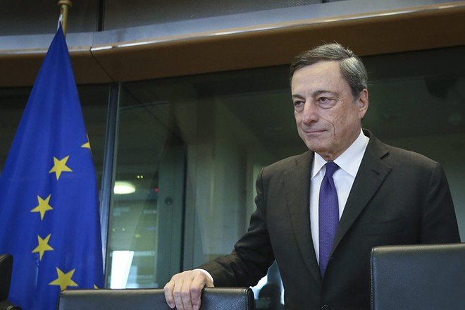 epa05556931 Italy's Mario Draghi, the President of the European Central Bank (ECB), takes his seat as he arrives for a hearing by a European Parliament committee on Monetary affairs, in Brussels, Belgium, 26 September 2016.  EPA/OLIVIER HOSLET