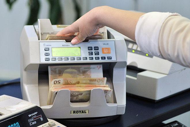 Συνεχίστηκε η μείωση των καταθέσεων πολιτών και επιχειρήσεων στις τράπεζες τον Φεβρουάριο