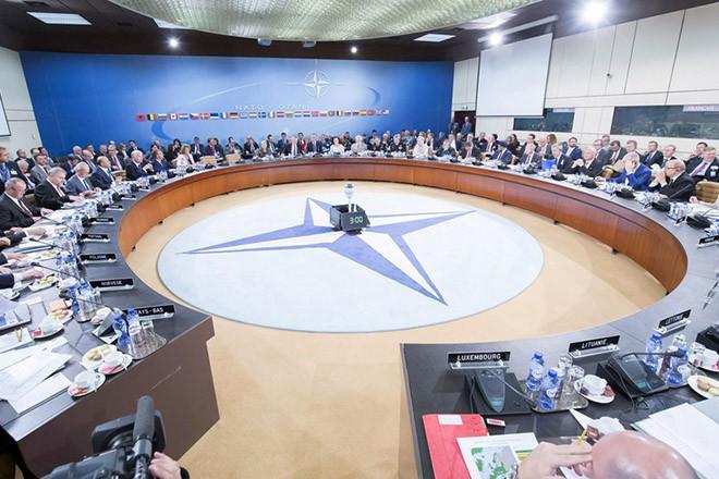 (Ξένη Δημοσίευση) Φωτογραφία που δόθηκε σήμερα στη δημοσιότητα από το ΥΕΘΑ και εικονίζει τον υπουργό Εθνικής Άμυνας Πάνο Καμμένο να συμμετέχει στη σύνοδο του ΝΑΤΟ,  την Τετάρτη 26 Οκτωβρίου 2016, στις Βρυξέλλες.  Το μέλλον της επιχείρησης του ΝΑΤΟ στο Αιγαίο για την καταπολέμηση των δικτύων διακινητών αναμένεται να εξετάσουν οι υπουργοί Άμυνας των χωρών του ΝΑΤΟ, στη Σύνοδο που πραγματοποιείται σήμερα και αύριο και στις Βρυξέλλες. ΑΠΕ-ΜΠΕ/ΓΡΑΦΕΙΟ ΤΥΠΟΥ ΥΠΕΘΑ/STR