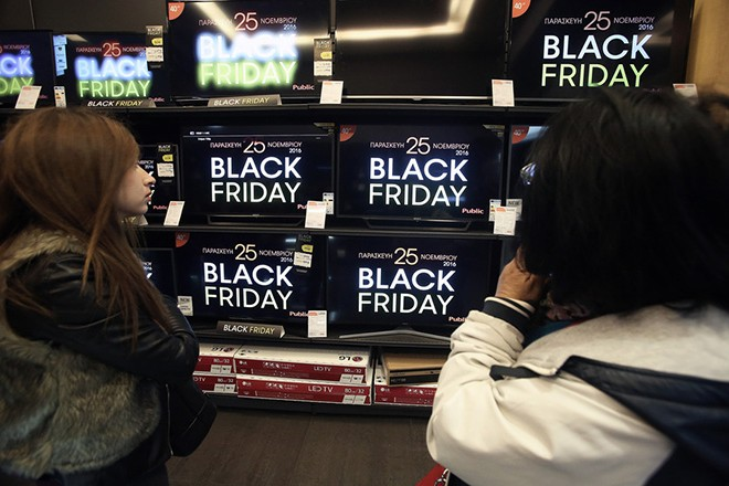 """Καταναλωτές ψωνίζουν σε γνωστό πολυκατάστημα στην πλατεία Συντάγματος, με αφορμή την """"Μαύρη Παρασκευή"""" ή """"Black Friday"""", Αθήνα, την Παρασκευή 25 Νοεμβρίου 2016. Η """"Black Friday"""" θεσπίστηκε στις ΗΠΑ και εορτάζεται σε αρκετές χώρες, την τέταρτη Παρασκευή του Νοεμβρίου και είναι μια ημέρα όπου τα καταστήματα πραγματοποιούν πολύ μεγάλες εκπτώσεις έως 80%. ΑΠΕ-ΜΠΕ/ΑΠΕ-ΜΠΕ/ΣΥΜΕΛΑ ΠΑΝΤΖΑΡΤΖΗ"""