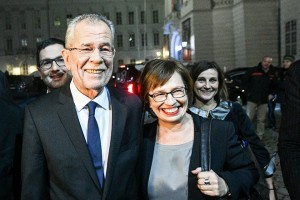 epa05659896 Austrian presidential candidate and former head of the Austrian Green Party, Alexander Van der Bellen (L) and his wife Doris Schmidauer (R) arrive to Hofburg palace after polls closed in the re-run of the Austrian presidential elections run-off in Vienna, Austria, 04 December 2016. Hofer on 04 December 2016 admitted his defeat to Van der Bellen in the re-run of the presidential elections run-off. Austrians went to the polls for a re-run of the 22 May run-off which was narrowly won by van der Bellen but later annulled by Austrian courts due to minor irregularities in vote counting following an appeal from rival Hofer.  EPA/CHRISTIAN BRUNA  EPA/CHRISTIAN BRUNA