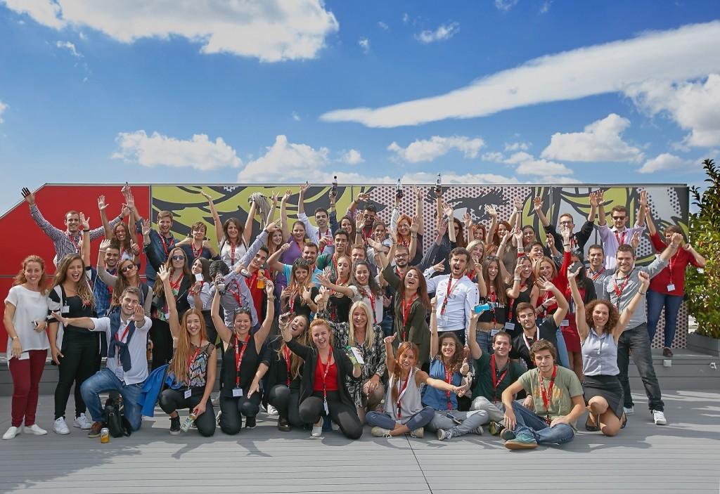 Οι συμμετέχοντες της Σχολής Επιχειρηματικότητας κατά τη διάρκεια της επίσκεψής τους στα γραφεία της Coca-Cola στην Αθήνα.
