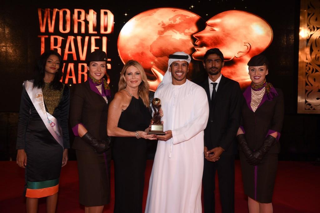 Η κα Linda Celestino, Etihad Airways' Vice President Guest Services και o κ. Abdulrahman Al-Hadhrami Manager Marketing Communications παραλαμβάνουν τα βραβεία «Κορυφαία Αεροπορική Εταιρεία» και «Κορυφαίος Αερομεταφορέας για την Πρώτη Θέση» από τον κ. Graham Cooke, Πρόεδρο των World Travel Awards.