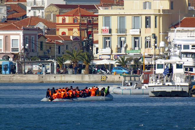 Πρόσφυγες φτάνουν με φουσκωτό σκάφος στο λιμάνι της Μυτιλήνης, Πέμπτη 10 Δεκεμβρίου 2015. ΑΠΕ-ΜΠΕ/ΑΠΕ-ΜΠΕ/ΣΤΡΑΤΗΣ ΜΠΑΛΑΣΚΑΣ