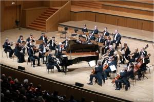"""Φωτογραφία που δόθηκε σήμερα στη δημοστιότητα και εικονίζει τους  μουσικούς της Academy of St. Martin in the Fields  και τον Murray Perahia (πιάνο και μουσική διεύθυνση) να ερμηνεύουν έργα του Beethoven κατά τη διάρκεια συναυλίας στο Μέγαρο Μουσικής Αθηνών, την Κυριακή 05 Δεκεμβρίου 2016. Μια συναυλία αφιερωμένη στη μνήμη του Sir Neville Marriner (1924-2016) δόθηκε στο Μέγαρο Μουσικής Αθηνών, στο πλαίσιο της σειράς, """"Μεγάλες Ορχήστρες-Μεγάλοι Μαέστροι- Μεγάλοι ερμηνευτές"""". Δευτέρα 05 Δεκεμβρίου 2016. ΑΠΕ-ΜΠΕ/ΜΕΓΑΡΟ ΜΟΥΣΙΚΗΣ ΑΘΗΝΩΝ/ΧΑΡΗΣ ΑΚΡΙΒΙΑΔΗΣ"""