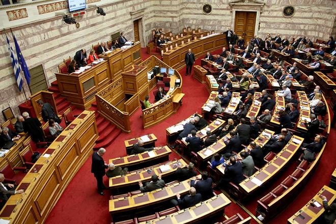 Βουλευτές ψηφίζουν κατά τη διάρκεια της συζήτησης του σχέδιο νόμου του Υπουργείου Εργασίας, Κοινωνικής Ασφάλισης και Κοινωνικής Αλληλεγγύης, «Εθνικός Μηχανισμός Συντονισμού, Παρακολούθησης και Αξιολόγησης των Πολιτικών Κοινωνικής Ένταξης και Κοινωνικής Συνοχής, Ρυθμίσεις για την Κοινωνική Αλληλεγγύη και Εφαρμοστικές Διατάξεις του ν. 4387/2016 (Α' 85), στην ολομέλεια της Βουλής, την Πέμπτη 15 Δεκεμβρίου 2016. ΑΠΕ-ΜΠΕ/ΑΠΕ-ΜΠΕ/ΑΛΕΞΑΝΔΡΟΣ ΜΠΕΛΤΕΣ