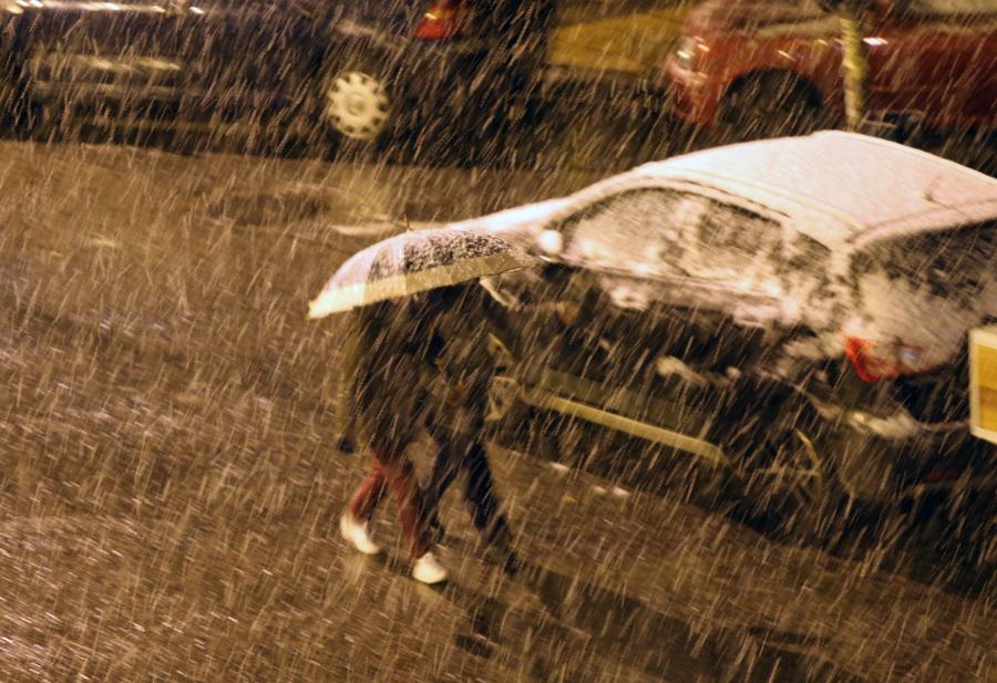 Χιόνι πέφτει σε περιοχή της Αθήνας, Πέμπτη 29 Δεκεμβρίου 2016 Από αργά την νύχτα έντονη ήταν η χιονόπτωση στα περισσότερα προάστια των Αθηνών, ενώ χιόνι έπεσε και στο κέντρο της πρωτεύουσας. ΑΠΕ-ΜΠΕ/ΑΠΕ-ΜΠΕ/Παντελής Σαίτας