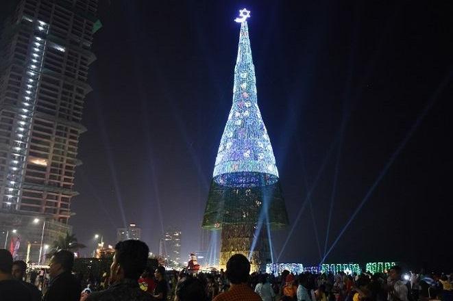 Δείτε το ψηλότερο χριστουγεννιάτικό δέντρο στον κόσμο