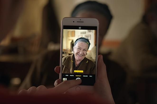 H Apple ταξιδεύει για πρώτη φορά σε ελληνικό χωριό στη νέα της διαφήμιση