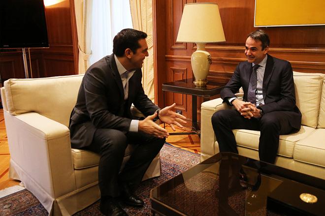 Ο πρωθυπουργός Αλέξης Τσίπρας (Α) συνομιλεί με τον πρόεδρο της ΝΔ Κυριάκο Μητσοτάκη (Δ) στο Μέγαρο Μαξίμου, Δευτέρα 9 Ιανουαρίου 2017.  Ο πρωθυπουργός θα έχει διαδοχικές συναντήσεις με τους πολιτικού αρχηγούς προκειμένου να τους ενημερώσει για τις εξελίξεις στο Κυπριακό.    ΑΠΕ-ΜΠΕ/ΑΠΕ-ΜΠΕ/ΑΛΕΞΑΝΔΡΟΣ ΒΛΑΧΟΣ