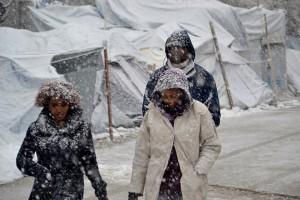 Έντονη χιονόπτωση στο hot spot προσφύγων και μεταναστών της Μόριας στη Λέσβο, τη Δευτέρα 9 Ιανουαρίου 2017. Σφοδρή χιονοθύελλα πλήττει όλα τα νησιά του βορείου Αιγαίου, που εντάθηκε τις πρώτες μεταμεσημβρινές ώρες δημιουργώντας τεράστια προβλήματα. Το σύνολο του οδικού δικτύου της Λέσβου είναι κλειστό, ενώ τα μηχανήματα του δήμου και της περιφέρειας βορείου Αιγαίου καθαρίζουν τους δρόμους, που όμως πολύ σύντομα κλείνουν ξανά. Πολλά είναι και τα αποκλεισμένα χωριά. Ιδιαίτερα προβλήματα αντιμετωπίζουν τα χωριά της δυτικής Λέσβου που σε κάποια σημεία το χιόνι έφτασε το ένα μέτρο, αλλά και χωριά της βόρειας Λέσβου. Χιόνι στρώθηκε ακόμα και στο κέντρο της πόλης της Μυτιλήνης μέχρι τη θάλασσα.   . ΑΠΕ- ΜΠΕ/ ΑΠΕ-ΜΠΕ /ΣΤΡΑΤΗΣ ΜΠΑΛΑΣΚΑΣ