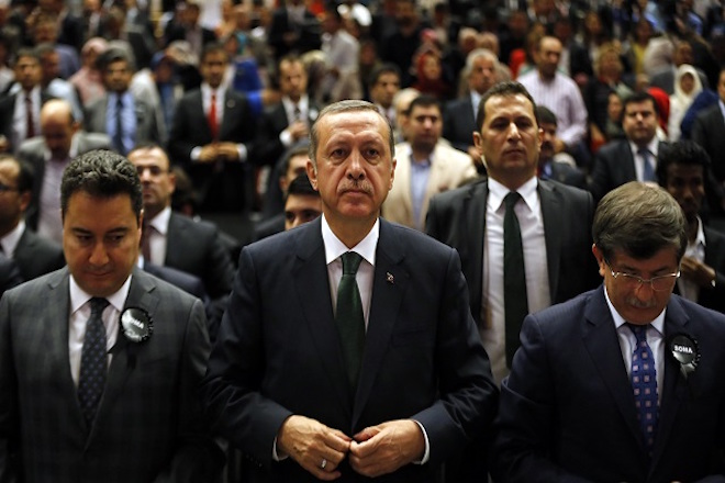 Turkey's Prime Minister Tayyip Erdogan attends a meeting as he is flanked by Deputy Prime Minister Ali Babacan (L) and Foreign Minister Ahmet Davutoglu (R) in Ankara May 19, 2014. REUTERS/Umit Bektas (TURKEY - Tags: POLITICS) - RTR3PTIR