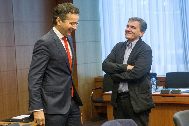 O υπουργός Οικονομικών Ευκλείδης Τσακαλώτος (Δ) συνομιλεί με τον πρόεδρο του Eurogroup Jeroen Dijsselbloem (Α),  κατά τη διάρκεια της συνεδρίασης του Eurogroup, τη Δευτέρα 5 Δεκεμβρίου 2016, στην έδρα του Ευρωπαϊκού Συμβουλίου  στις Βρυξέλλες.  ΑΠΕ-ΜΠΕ/consilium.europa.eu/Enzo Zucchi