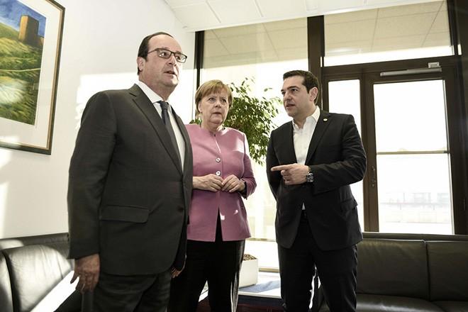 (Ξένη Δημοσίευση)  Ο πρωθυπουργός Αλέξης Τσίπρας (Δ),  η Γερμανίδα καγκελάριος, Άγγελα Μέρκελ  (Κ) και ο Γάλλος  Πρόεδρος, Φρανσουά Ολάντ (Α) συνομιλούν κατά τη διάρκεια τριμερής συνάντηση πριν από την έναρξη της Συνόδου Κορυφής της ΕΕ, την Παρασκευή 19 Φεβρουαρίου 2016, στις Βρυξέλλες.  Στη συνάντηση αναμένεται να συζητηθούν όλα τα ζητήματα της Συνόδου Κορυφής, το προσφυγικό και τα θέματα που σχετίζονται με την ελληνική οικονομία. ΑΠΕ-ΜΠΕ/ΓΡΑΦΕΙΟ ΤΥΠΟΥ ΠΡΩΘΥΠΟΥΡΓΟΥ/Andrea Bonetti