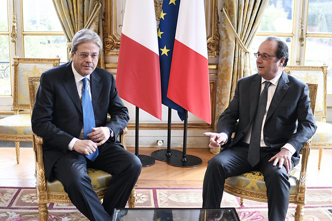 epa05709420 French President Francois Hollande (R) meets with Italy's Prime Minister Paolo Gentiloni before holding a press conference following a meeting at the Elysee Palace in Paris, France, 10 January 2017.  EPA/STEPHANE DE SAKUTIN / POOL MAXPPP OUT
