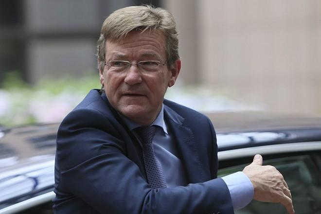 epa05420725 Belgium's Finance Minister Johan Van Overtveldt arrives for a Eurogroup Finance Ministers' meeting in Brussels, Belgium, 11 July 2016.  EPA/OLIVIER HOSLET