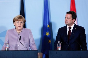 epa05712689 German Chancellor Angela Merkel (L) and Luxembourg's Prime Minister Xavier Bettel (R) hold a joint press conference at the museum of art MUDAM in Luxembourg City, Luxembourg, 12 January 2017. Angela Merkel is on an official visit to Luxembourg.  EPA/CUGNOT MATHIEU