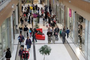 Κόσμος επισκέπτεται εμπορικό κέντρο, Κυριακή 2 Νοεμβρίου 2014. Τα καταστήματα μπορούν να είναι ανοιχτά σήμερα πρώτη Κυριακή της ενδιάμεσης φθινοπωρινής εκπτωτικής περιόδου που θα διαρκέσει μέχρι τις 10 Νοεμβρίου. ΑΠΕ-ΜΠΕ/ΑΠΕ-ΜΠΕ/Παντελής Σαίτας