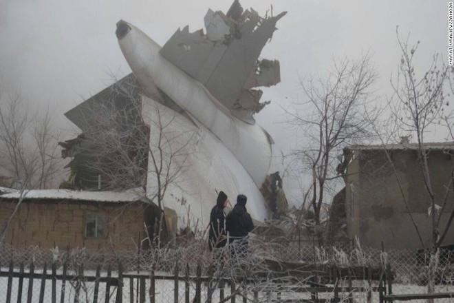 Πτώση αεροσκάφους σε σπίτια με τουλάχιστον 32 νεκρούς στο Κιργιστάν