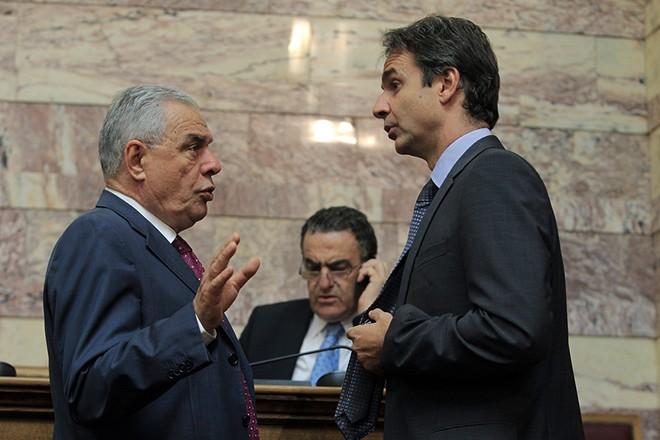 Ο υπουργός Διοικητικής Μεταρρύθμισης Κυριάκος Μητσοτάκης (Δ), ο υφυπουργός Ανάπτυξης Γεράσιμος Γιακουμάτος (Α) και ο υπουργός Δικαιοσύνης Χαράλαμπος Αθανασίου (Κ) παρίστανται στη συνεδρίαση της Διαρκούς Επιτροπής Οικονομικών Υποθέσεων, με θέμα ημερήσιας διάταξης: Επεξεργασία και εξέταση του σχεδίου νόμου του Υπουργείου Οικονομικών «Μέτρα στήριξης και ανάπτυξης της ελληνικής οικονομίας, οργανωτικά θέματα Υπουργείου Οικονομικών και άλλες διατάξεις» στη Βουλή, Αθήνα, Παρασκευή 01 Αυγούστου 2014. ΑΠΕ-ΜΠΕ/ΑΠΕ-ΜΠΕ/ΣΥΜΕΛΑ ΠΑΝΤΖΑΡΤΖΗ