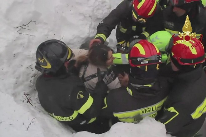epa05734340 A still image grabbed from a video released by the Italian Fire Department shows the rescue operations of guests at the hotel Rigopiano, which was hit by a massive avalanche apparently due to earthquakes on 18 January in central Italy, in Farindola, Abruzzo region, Italy, 20 January 2017. Rescuers have tracked down eight people alive, including two children, at the Hotel Rigopiano, Carabinieri police sources said 20 January.  EPA/ITALIAN FIRE DEPARTMENT HANDOUT  HANDOUT EDITORIAL USE ONLY/NO SALES
