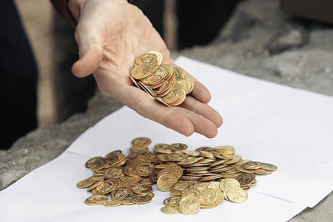 Οι Έλληνες πωλούν χρυσές λίρες για να αντέξουν τους φόρους