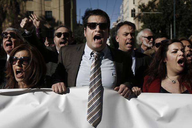 Δικηγόροι και εργαζομένοι σε διάφορους επιστημονικούς φορείς φωνάζουν συνθήματα έξω από το υπουργείο Εργασίας κατά τη διάρκεια πορείας ενάντια στο νέο ασφαλιστικό, Αθήνα, Πέμπτη 14 Ιανουαρίου 2016. ΑΠΕ-ΜΠΕ/ΑΠΕ-ΜΠΕ/ΓΙΑΝΝΗΣ ΚΟΛΕΣΙΔΗΣ