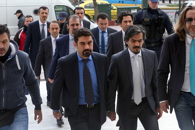 Οι οχτώ Τούρκοι στρατιωτικοί, την έκδοση των οποίων ζητεί η Τουρκία για να διωχτούν για συμμετοχή στο πραξικόπημα εναντίον του Ερντογάν, προσάγονται στον Άρειο Πάγο όπου θα ανακοινωθεί η απόφαση σχετικά με το αίτημα έκδοσης τους, Αθήνα Πέμπτη 26 Ιανουαρίου 2017.  ΑΠΕ-ΜΠΕ/ΑΠΕ-ΜΠΕ/ΟΡΕΣΤΗΣ ΠΑΝΑΓΙΩΤΟΥ