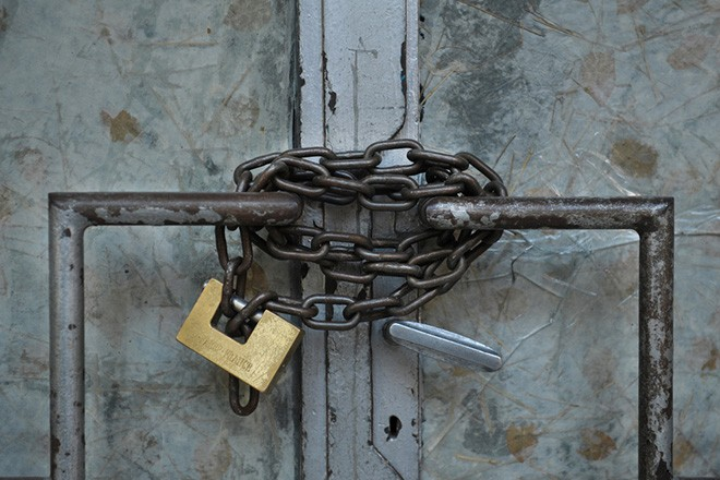 Είσοδος κλειδωμένη με λουκέτο, καταστήματος στο κέντρο της Αθήνας, Παρασκευή 07 Σεπτεμβρίου 2012. ΑΠΕ  ΜΠΕ/ΑΠΕ ΜΠΕ/Φώτης Πλέγας Γ.