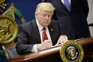 epa05755553 US President Donald J. Trump signs Executive Orders in the Hall of Heroes at the Pentagon in Arlington, Virginia, USA, 27 January 2017.  EPA/Olivier Douliery / POOL