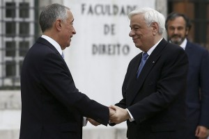 epa05761258 Greek's President Prokopis Pavlópoulos (R) is greeted by his Portugal's counterpart Marcelo Rebelo de Sousa (L) during the welcome ceremony at the Santa Cruz church in Coimbra, Portugal, 30 January 2017.  EPA/PAULO NOVAIS