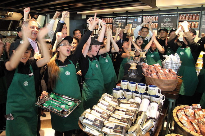 Τα Starbucks στις ΗΠΑ προσλαμβάνουν 10.000 πρόσφυγες