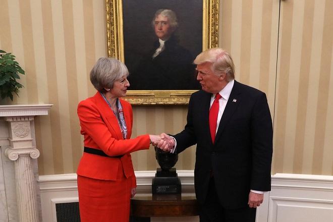 «Παγιδευμένη» ανάμεσα στο Brexit και τον Τραμπ η Τερέζα Μέι