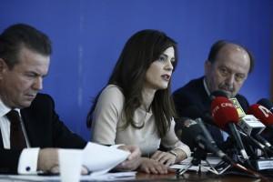 Η υπουργός Εργασίας, Κοινωνικής Ασφάλισης και Κοινωνικής Αλληλεγγύης, Έφη Αχτσιόγλου (Κ) μιλάει δίπλα στον υφυπουργό Κοινωνικής Ασφάλισης Αναστάσιο Πετρόπουλο (Α) και στον διοικητή του ΕΦΚΑ Αθανάσιο Μπακαλέξη (Δ), κατά τη διάρκεια συνέντευξης τύπου για την έναρξη λειτουργίας του ΕΦΚΑ από την 1/1/2017, στο υπουργείο Εργασίας, Αθήνα Τρίτη 3 Ιανουαρίου 2017. ΑΠΕ-ΜΠΕ/ΑΠΕ-ΜΠΕ/ΓΙΑΝΝΗΣ ΚΟΛΕΣΙΔΗΣ