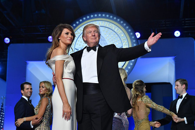 epa05737360 US President Donald J. Trump (C) and First Lady Melania Trump (C-L) dance at the Freedom Ball in Washington, DC, USA, 20 January 2017. Trump won the 08 November 2016 election to become the next US President.  EPA/KEVIN DIETSCH / POOL